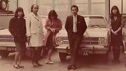Bob sadino berpose dengan sejumlah wanita di sebuah showroom mobil. (www.facebook.com/ance.dewianti)
