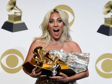 Lady Gaga berpose dengan penghargaan Grammy Awards 2019 di Staples Center, Los Angeles, California, AS, Minggu (10/2). Gaga meraih penghargaan Pop Duo/Group Performance, Best Song Written dan Best Pop Solo Performance.(Photo by Chris Pizzello/Invision/AP)