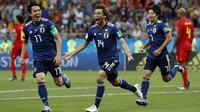 Gelandang Jepang, Takashi Inui, merayakan gol yang dicetaknya ke gawang Belgia pada babak 16 besar Piala Dunia di Rostov Arena, Rostov-on-Don, Senin (2/6/2018). Belgia menang 3-2 atas Jepang. (AP/Petr David Josek)