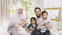 Shireen Sungkar dan Teuku Wisnu beserta ketiga anaknya (Instagram).