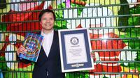 CEO Xiaomi Lei Jun memegang sertifikat rekor dunia di hadapan pohon Natal dari ribuan Xiaomi Mi Play (Foto: techgenyz)