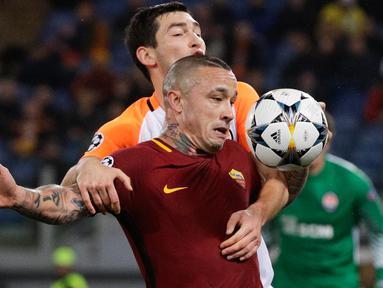 Pemain AS Roma, Radja Nainggolan berebut bola dengan pemain Shakhtar Donetsk, Taras Stepanenko dalam leg kedua 16 besar Liga Champions 2017-2018  di Stadion Olimpico, Rabu (14/3). AS Roma melaju ke perempatfinal usai menang 1-0. (AP/Gregorio Borgia)