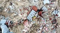 Pantauan udara ratusan rumah terendam lumpur dan tanah di Petobo, Palu, Sulawesi Tengah, Rabu (3/10). Fenomena likuifaksi merupakan hilangnya kekuatan tanah akibat besarnya massa dan volume lumpur yang keluar pasca gempa. (Liputan6.com/Fery Pradolo)