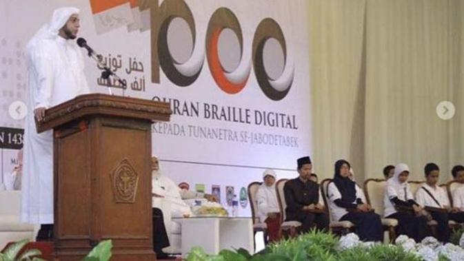 Syekh Ali Jaber menyerahkan Seribu Alquran Braille Digital secara simbolik kepada Tunanetra