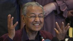Perdana Menteri Malaysia Mahathir Mohamad memberi isyarat saat berbicara dalam konferensi pers di Putrajaya, Malaysia, Sabtu (22/2/2020). Mahathir Mohamad mengirimkan surat pengunduran diri sebagai Perdana Menteri ke Raja Malaysia pada Senin (24/2/2020). (AP Photo/Vincent Thian)