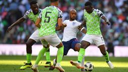 Gelandang Inggris, Fabian Delph, berusaha melewati kepungan pemain Nigeria pada laga persahabatan di Stadion Wembley, London, Sabtu (2/6/2018). Inggris menang 2-1 atas Nigeria. (AFP/Ben Stansall)