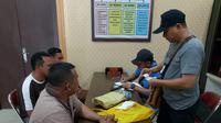 Penetapan status tersangka terhadap tiga setelah pihak kepolisian melakukan penangkapan dan pemeriksaan.