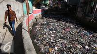 Warga melintas di kawasan Tanah Abang, Jakarta, Kamis (5/1). Namun, keberhasilan pemerintah menekan angka kemiskinan saat ini dibayang-bayangi oleh tingginya kesenjangan antar penduduk di kawasan perkotaan dengan di pedesaan. (Liputan6.com/Angga Yuniar)