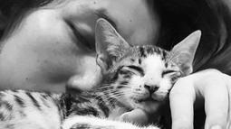 Devina Aureel mulai sering membagikan momennya bersama kucing kesayangan sejak April 2020 lalu. Devina terlihat memberi kasih sayang yang besar pada Macican, (Liputan6.com/IG/@devinaureel).