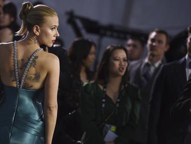 Aktris Scarlett Johansson tiba menghadiri SAG Awards 2020 di Shrine Auditorium & Expo Hall di Los Angeles (19/1/2020). Scarlett Johansson tampil seksi mengenakan gaun biru dengan memamerkan tato di perut dan punggungnya di acara tersebut. (Jordan Strauss/Invision/AP)