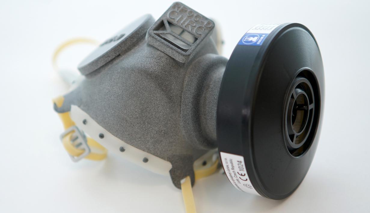Sebuah respirator yang dibuat menggunakan teknologi cetak 3D di Praha, 26 Maret 2020. Di tengah kurangnya pasokan masker di Rep. Ceko akibat penyebaran COVID-19, Universitas Teknik Ceko mengembangkan jenis respirator baru yang dapat diproduksi menggunakan teknologi cetak 3D. (Xinhua/Dana Kesnerova)