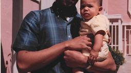File foto April 1965 yang dirilis ke AFP pada 16 November 2020, menunjukkan Kamala Harris (kanan) digendong oleh ayahnya Donald Harris di Berkeley, California. Kamala Harris yang berusia 56 tahun siap menjadi wakil presiden perempuan pertama Amerika Serikat. (Handout/Courtesy of Kamala Harris/AFP)