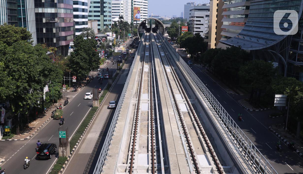 Suasana Lintas Raya Terpadu (LRT) di kawasanan Kuningan, Jakarta, Sabtu (31/7/2021). Pembangunan LRT Jakarta-Bogor-Depok-Bekasi (Jabodebek) Tahap I telah mencapai 85,75 persen dan di targetkan beroprasi pada pertengahan tahun 2022. (Liputan6.com/Angga Yuniar)