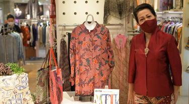 Ibu Nuning Akhmadi, istri Dubes RI untuk Jepang Heri Akhmadi, di butik Batik Imari Tokyo