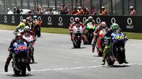 Para pebalap bersiap melakukan start pada balapan MotoGP Italia di Sirkuit Mugello, Minggu (4/6/2017). MotoGP Italia dimenangi oleh Andrea Dovizioso dengan catatan waktu 41 menit 32,126 detik. (AFP/Vicenzo Pinto)