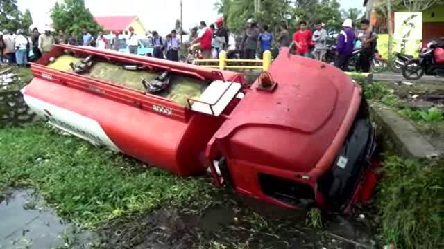 Sebuah truk tangki Pertamina menabrak tukang sayur yang akan ke pasar. Kejadian ini membuat tukang sayur luka-luka dan dagangan tumpah ruah ke jalan.