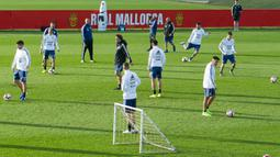 Para pemain Argentina mengikuti sesi latihan tim di Ciudad Deportiva Antonio Asensio di Palma de Mallorca (12/11/2019). Argentina akan memainkan pertandingan persahabatan melawan Brasil pada 16 November 2019 di Riyadh. (AFP/Jaime Reina)