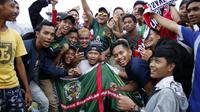 Andik Vermansah mendapat perhatian lebih dari suporter Persebaya, Bonek, pada latihan perdana Madura United di Stadion Gelora Bangkalan, Bangkalan, Selasa sore (15/1/2019). (Bola.com/Aditya Wany)