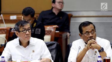 Menteri Hukum dan HAM Yasonna Laoly (kiri) bersama Jaksa Agung HM Prasetyo (kanan) mengikuti rapat kerja dengan Komisi III DPR di Kompleks Parlemen, Senayan, Jakarta, Kamis (13/9).(Liputan6.com/JohanTallo)