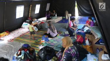 Aktivitas korban kebakaran di posko pengungsian SDN 10/11 Pagi Cipinang Utara, Jakarta, Selasa (20/8/2019). Puluhan warga terdampak kebakaran di Kawasan Prumpung, Jatinegara saat ini masih sangat membutuhkan bantuan seperti alas tidur dan popok bayi. (Liputan6.com/Herman Zakharia)