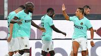 Striker Inter Milan, Alexis Sanchez, merayakan gol ke gawang Genoa bersama Romelu Lukaku pada laga Serie A di Stadion Luigi Ferraris, Sabtu (25/7/2020). Inter Milan menang 3-0 atas Genoa. (Tano Pecoraro/LaPresse via AP)
