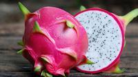 Selain kaya akan kandungan vitamin, ternyata buah naga berbahaya jika dikonsumsi secara berlebihan (Sumber foto: familinia.com)