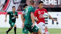 Penyerang Bali United, I Made Wirahadi, ditempel ketat bek PSS, Kristian Adelmund, saat kedua tim bentrok di Stadion I Wayan Dipta, Gianyar, Selasa (23/2/2016). Laga terakhir di Bali Island Cup ini berakhir dengan skor 1-1. (Bola.com/Peksi Cahyo)