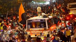 Suasana lalu lintas padat merayap saat perayaan malam takbiran di kawasan Matraman, Jakarta Timur, Jum'at (17/7/2015) malam. .(Liputan6.com/Faisal R Syam)