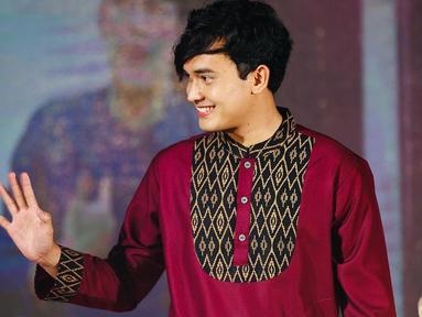 Ikbal Fauzi, pemeran Rendy di Ikatan Cinta lebih sering tampil dengan jas. Namun siapa sangka aktor asal Subang, Jawa Barat ini memesona kala pakai busana muslim atau baju koko. (Liputan6.com/IG/@ikbalfauzi_)