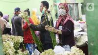 Warga memilih bunga potong untuk hiasan Lebaran di Rawa Belong, Jakarta Barat, Rabu (12/5/2021). Menyambut Hari Raya Idul Fitri 1442 H, banyak warga memburu bunga potong untuk menghias rumah. (Liputan6.com/Angga Yuniar)