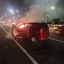 endaraan Mobil Avanza B 1679 BMB terbakar di ruas Tol Dalam Kota depan Balai Kartini Kuningan (TMCPoldaMetro)