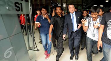 Delegasi Komite Ekskutif FIFA, Kohzo Tashima (tengah) menghindari wartawan usai pertemuan tertutup dengan sejumlah pihak di kantor PSSI, Jakarta, Selasa (3/11/2015). Kohzo langsung meninggalkan kantor PSSI usai pertemuan. (Liputan6.com/Helmi Fithriansyah)