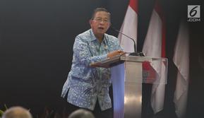 Menko Bidang Perekonomian, Darmin Nasution memberi sambutan saat membuka perdagangan saham perdana 2019 di Gedung BEI, Jakarta, Rabu (2/1). IHSG menguat 10,4 poin atau 0,16 persen ke 6.204 pada pembukaan perdagangan saham 2019. (Liputan6.com/Angga Yuniar)
