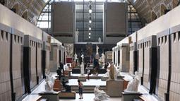 Sejumlah pengunjung yang mengenakan masker mengunjungi Musee d'Orsay saat museum itu dibuka kembali untuk umum di Paris, Prancis (23/6/2020). Musee d'Orsay (Museum Orsay) pada Selasa (23/6) membuka kembali pintunya untuk umum setelah sempat ditutup. (Xinhua/Gao Jing)