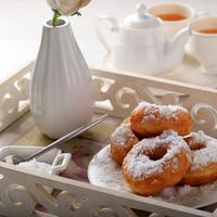 Ilustrasi donat kentang tabur gula halus./Copyright shutterstock.com/g/IkaRahma