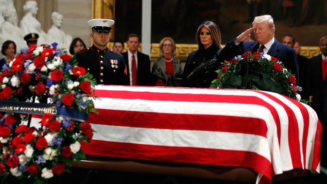 Presiden AS Donald Trump dan Melania Trump memberikan penghormatan terakhir kepada George HW Bush di Gedung Capitol, Washington, Senin (3/12). Jenazah Presiden ke-41 AS itu disemayamkan di Rotunda Capitol Hill selama beberapa hari. (AP/Jacquelyn Martin)#source%3Dgooglier%2Ecom#https%3A%2F%2Fgooglier%2Ecom%2Fpage%2F%2F10000