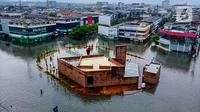 Penampakan banjir yang mengepung Kota Semarang, Jawa Tengah, Sabtu (6/2/2021). Hujan deras sejak Jumat malam hingga Sabtu pagi, 6 Februari 2021 membuat sejumlah kawasan di Kota Semarang dikepung banjir. (Liputan6.com/Gholib)