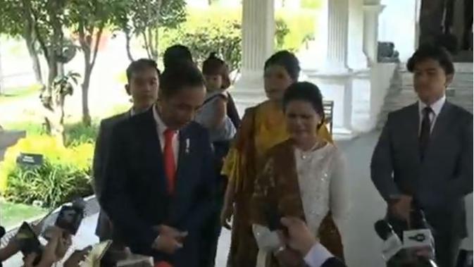 Jokowi dan keluarga terlihat sederhana dan elegan dalam balutan busana pilihan untuk pelantikan presiden hari ini. Namun, poni Kaesang lah yang mencuri perhatian. (dok. Youtube Sekretariat Presiden/Dinny Mutiah)