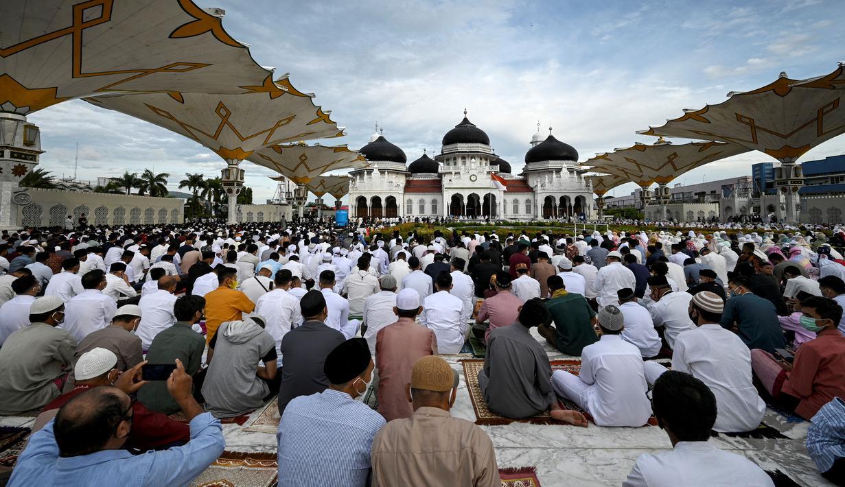 Umat muslim melaksanakan salat Idul Adha di Masjid Raya Baiturrahman, Banda Aceh, Aceh, Selasa (20/7/2021). Umat muslim Indonesia melewati Hari Raya Idul Adha tahun ini di tengah gelombang virus corona COVID-19. (CHAIDEER MAHYUDDIN/AFP)