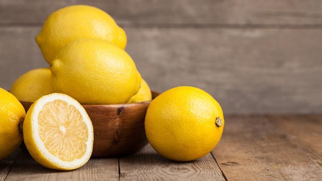 Nutrisi dan vitamin yang terkandung di dalam buah lemon baik untuk mengatasi masalah rambut rontok/copyright today.com