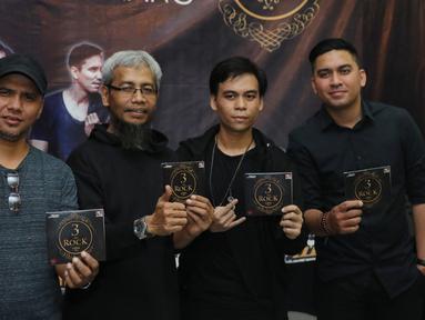 Musisi Grassrock berpose seusai peluncuran album di Kawasan Kemang, Jakarta, Jumat (29/04/2016). Boomerang, Grassrock dan D'bandhits launching album kompilasi mereka yang diberi nama 3 ROCK. (Liputan6.com/Herman Zakharia)