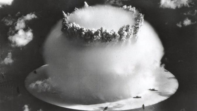 Amerika Serikat melakukan uji coba dampak bom nuklir pada kapal perang yang dinamakan Operation Crossroads (Wikipedia)