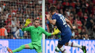 Striker Chelsea, Olivier Giroud kala mencetak gol ke gawang Liverpool