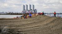 Sejumlah warga memadati kawasan Muara Angke untuk melihat proses reklamasi di Jakarta, Minggu (17/4). Lokasi yang dulunya mejadi tempat nelayan mencari ikan berubah menjadi dataran dari proyek Reklamasi Teluk Jakarta. (Liputan6.com/Yoppy Renato)