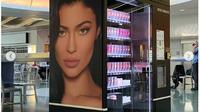Produk kosmetik Kylie Jenner di vending machine. (dok.Instagram @kyliejenner/https://www.instagram.com/p/B421ZnBpcK_/Henry)