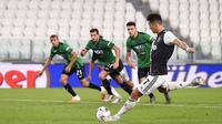 Striker Juventus, Cristiano Ronaldo, melepaskan tendangan penalti ke gawang Atalanta pada laga Serie A di Allianz Stadium, Minggu (12/7/2020). Kedua tim bermain imbang 2-2. (Fabio Ferrari/LaPresse via AP)