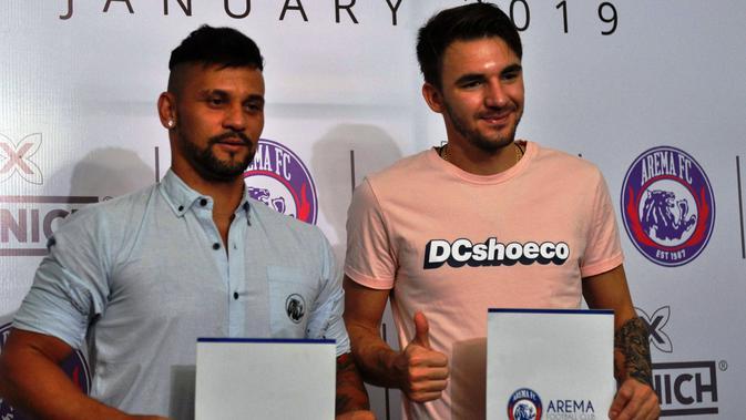 Pavel Smolyachenko dan Robert Lima 'Gladiator' Guimaraes resmi dikontrak oleh Arema FC, Selasa (15/1/2019). (Bola.com/Iwan Setiawan)