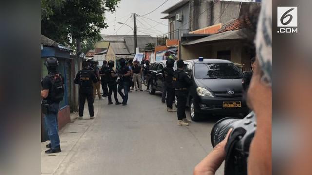 Polisi menangkap beberapa orang yang diduga teroris di beberapa lokasi di Tangerang. Salah satunya di Perumahan Duta Bintaro.