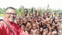 Dari diterpa rasa rindu terhadap orang terkasih, hingga diserang malaria belasan kali, tak bikin Fajri Nurjamil (33) berhenti mengabdi sebagai dokter di pedalaman Papua (Liputan6.com/Rino Abonita)