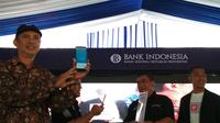 Salah seorang pedagang pasar tradisional GTC Kota Cirebon menunjukkan bukti pembayaran retribusi lapaknya melalui aplikasi Link Aja. Foto (Liputan6.com / Panji Prayitno)